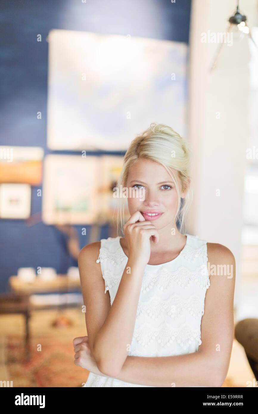 Frau hält ihr Kinn in die hand Stockbild