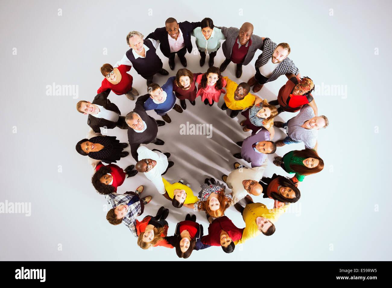 Porträt von zuversichtlich Geschäftsleuten im Kreis Stockbild