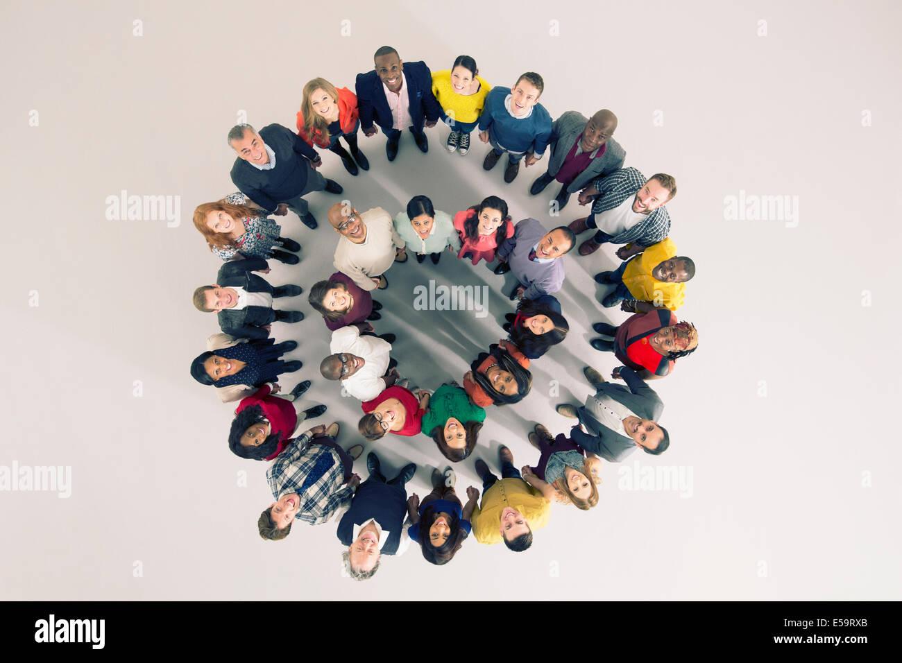 Porträt von bunten Haufens im huddle Stockbild