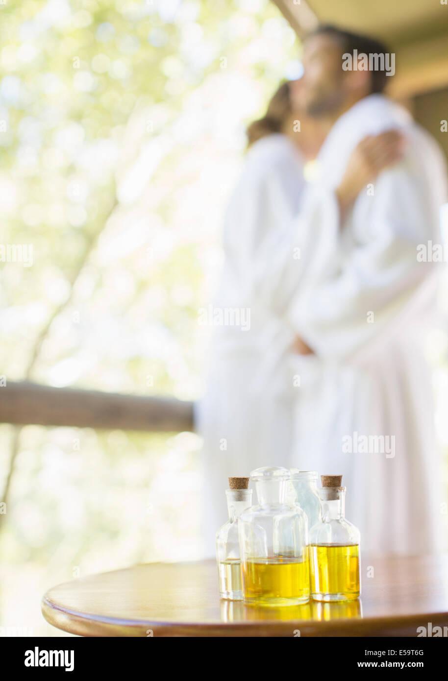 Flaschen Massageöl auf Beistelltisch Stockbild