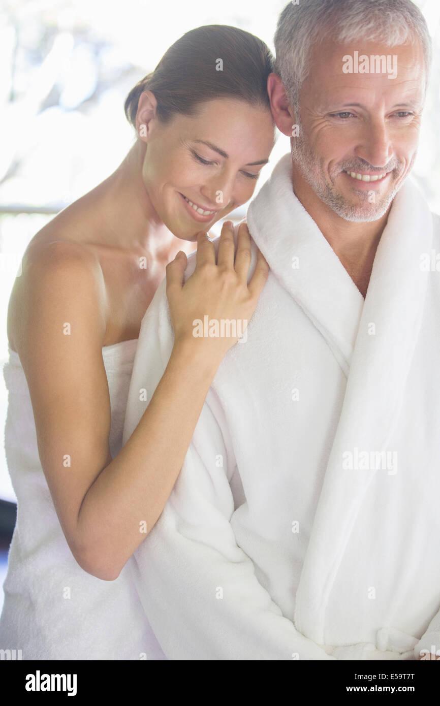 Lächelnde paar umarmt Stockfoto