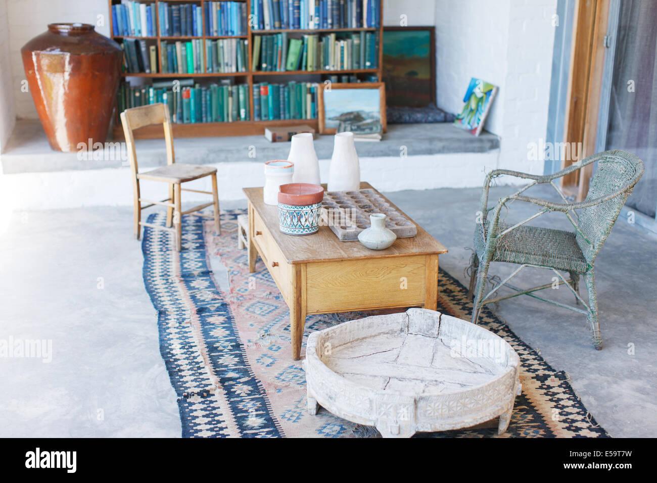Kaffee Tisch und Stühle im rustikalen Studie Stockfoto, Bild ...