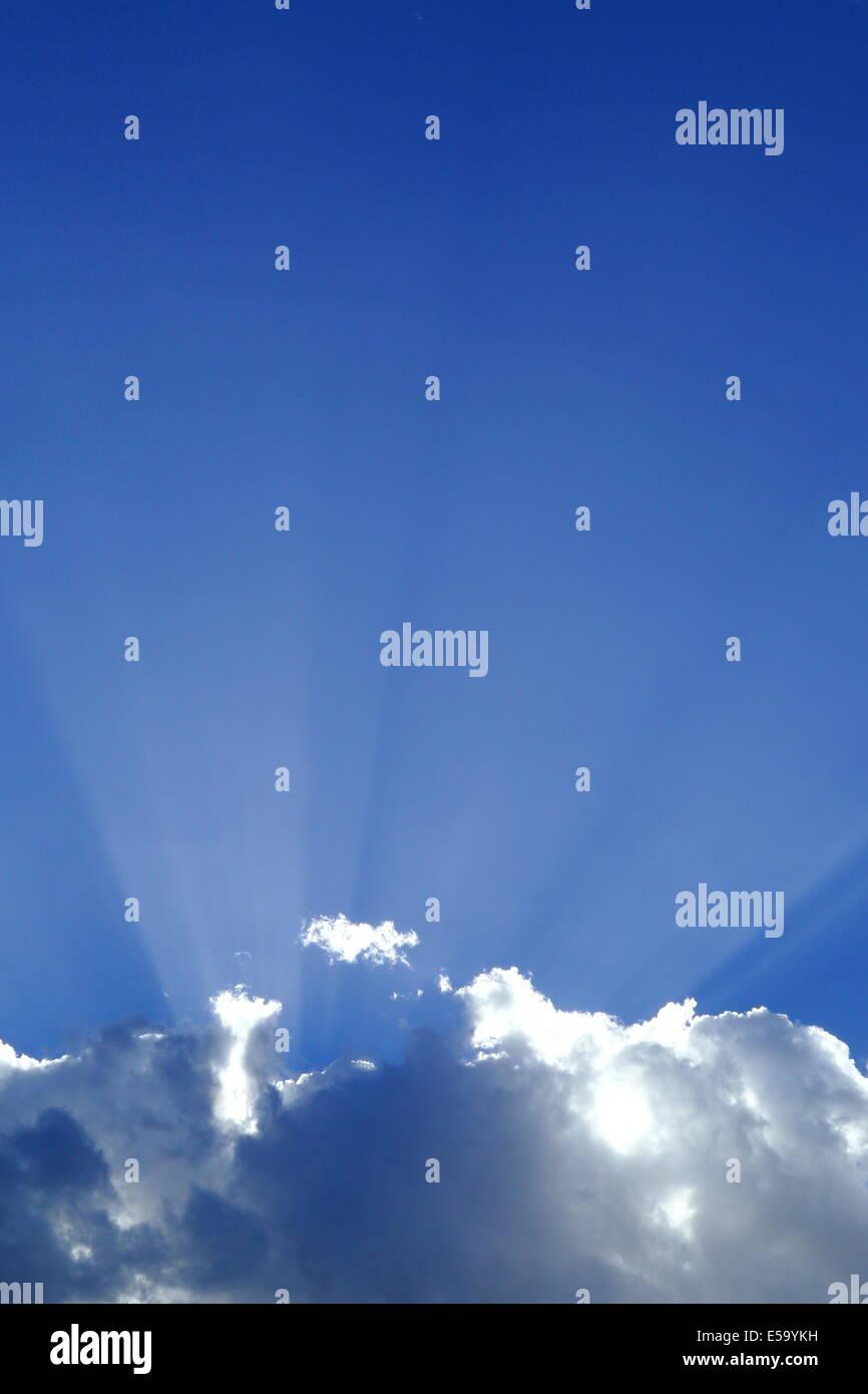 """CREPUSCULAR Rays (""""Gott-Balken"""") Strahlen durch den Himmel und Wolken. Stockbild"""