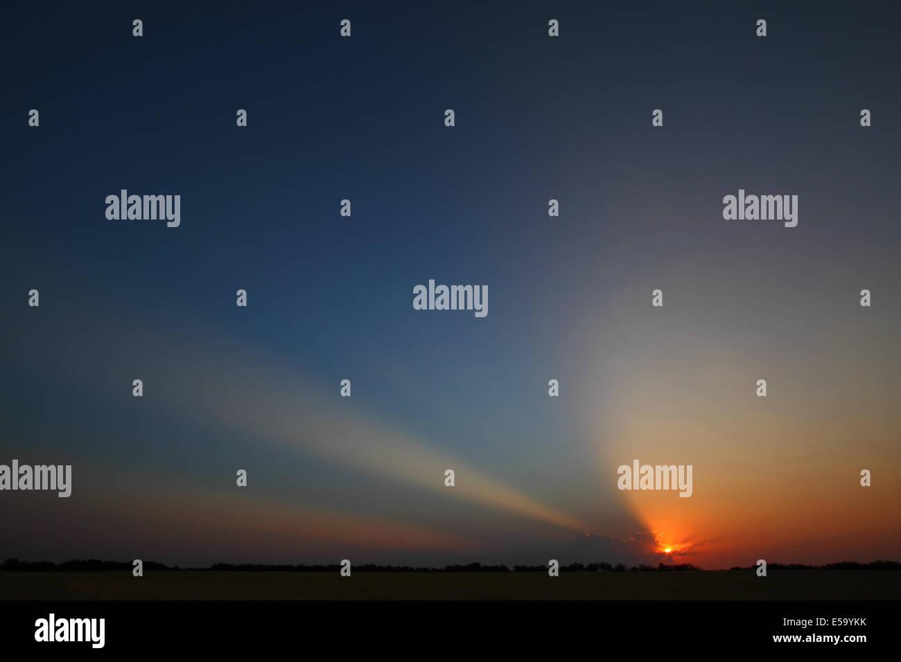 """Sunrise dämmerungsaktiv Strahlen (""""Gott-Balken"""") Strahlen durch Wolken und den Himmel über einer Stockbild"""