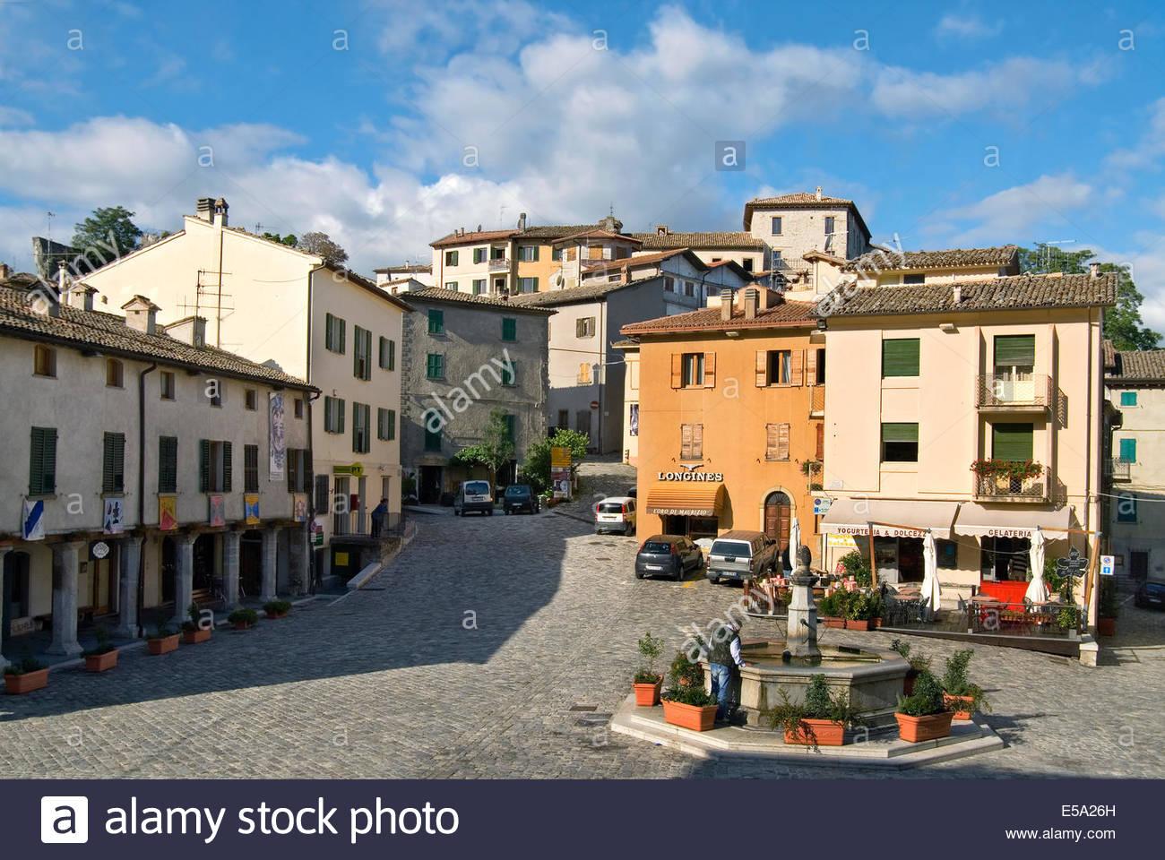 Piazza im historischen Stadtzentrum von Pennabilli in Emilia-Romagna, Nord-Italien. Stockbild