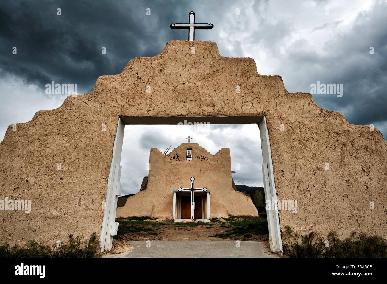 Pueblo Kirche Torbogen unter Gewitterhimmel, Picuris Pueblo, New Mexico, Vereinigte Staaten Stockbild
