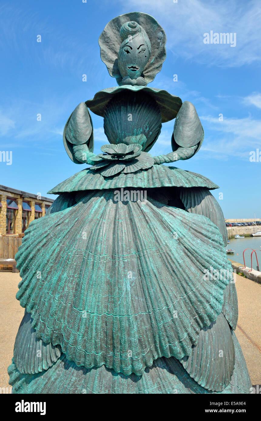 Margate, Kent, England, UK. Frau Booth, die Shell-Dame von Margate (Ann Carrington; 2008) Skulptur durch den Leuchtturm Stockbild
