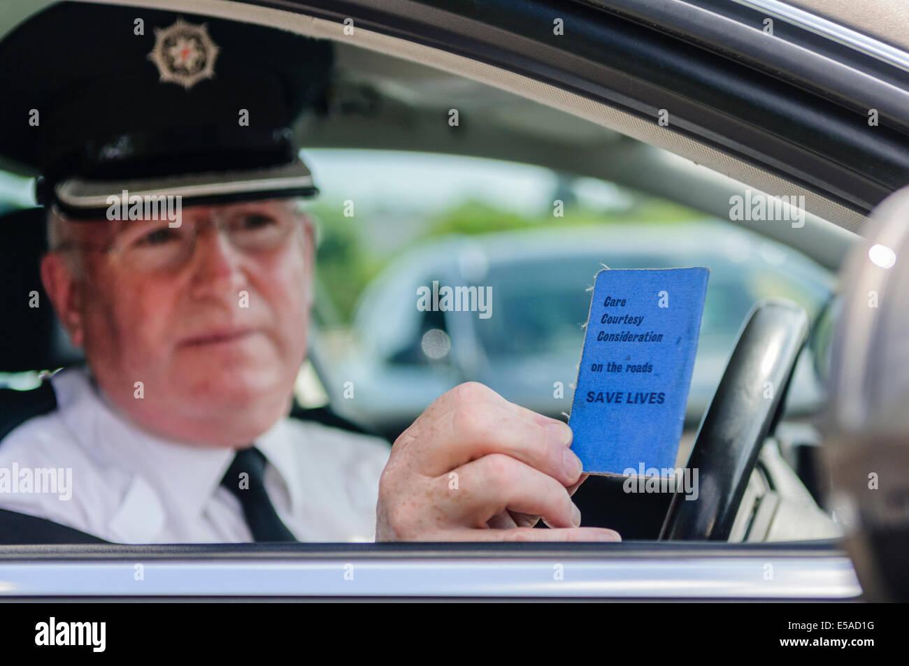 Lisburn, Nordirland. 25. Juli 2014. -Superintendent Gerry Murray zeigt eine altmodische fahren Führerschein Stockbild