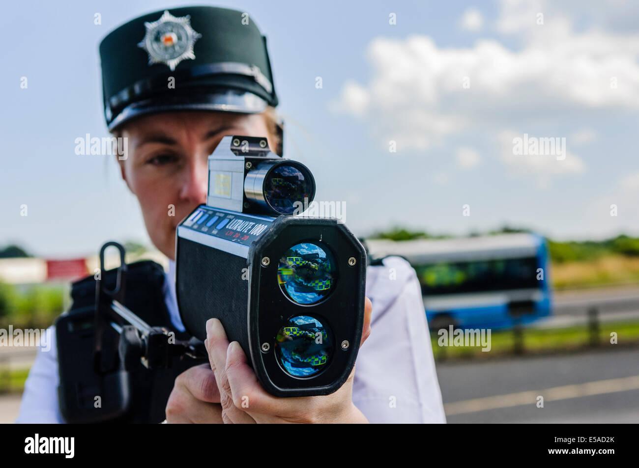 Lisburn, Nordirland. 25. Juli 2014. -Polizei Inspektor Rosie Blutegel aus dem Road Policing Zweig verwendet eine Stockfoto