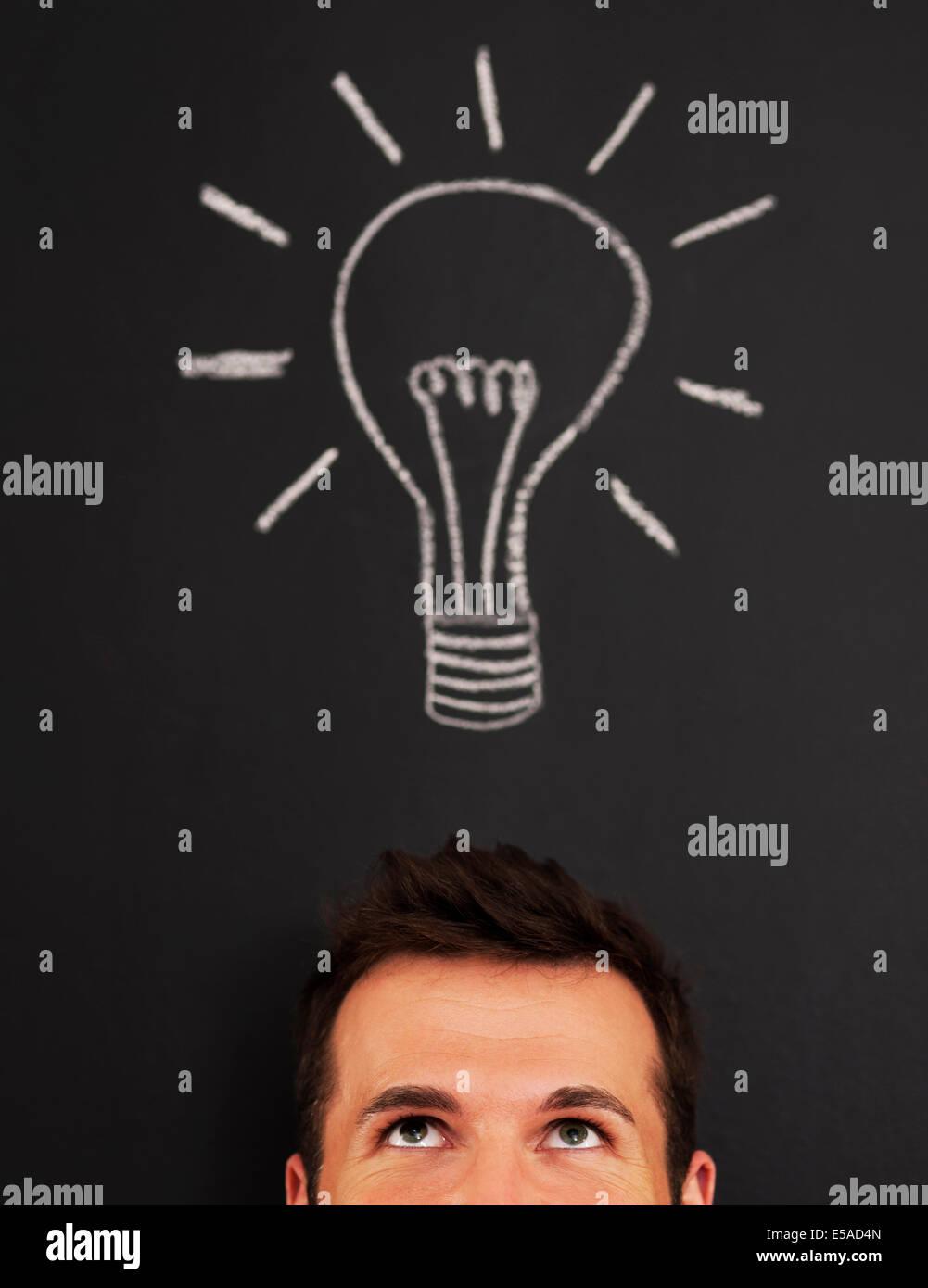 Mann mit Glühbirne über seinem Kopf, Debica, Polen Stockbild