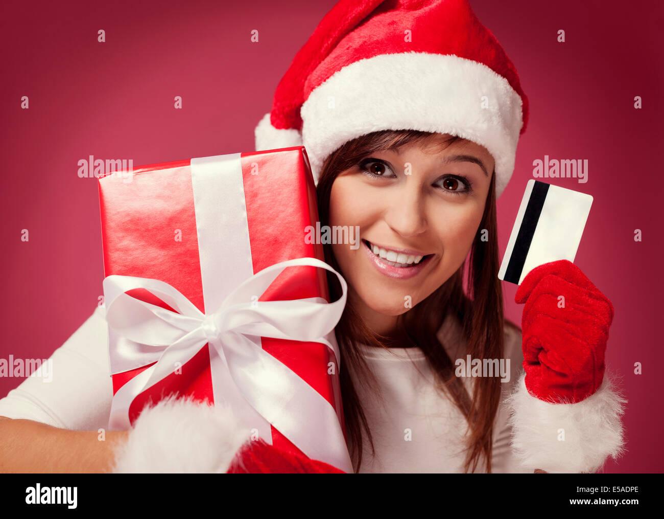 Weihnachtsfrau mit roten Geschenkbox und Kreditkarte, Debica, Polen Stockbild