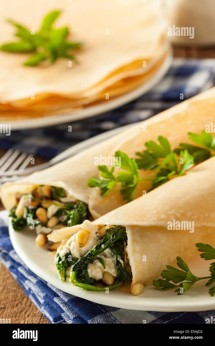 Köstliche hausgemachte herzhafte französische Crêpes mit Spinat und Feta Stockbild
