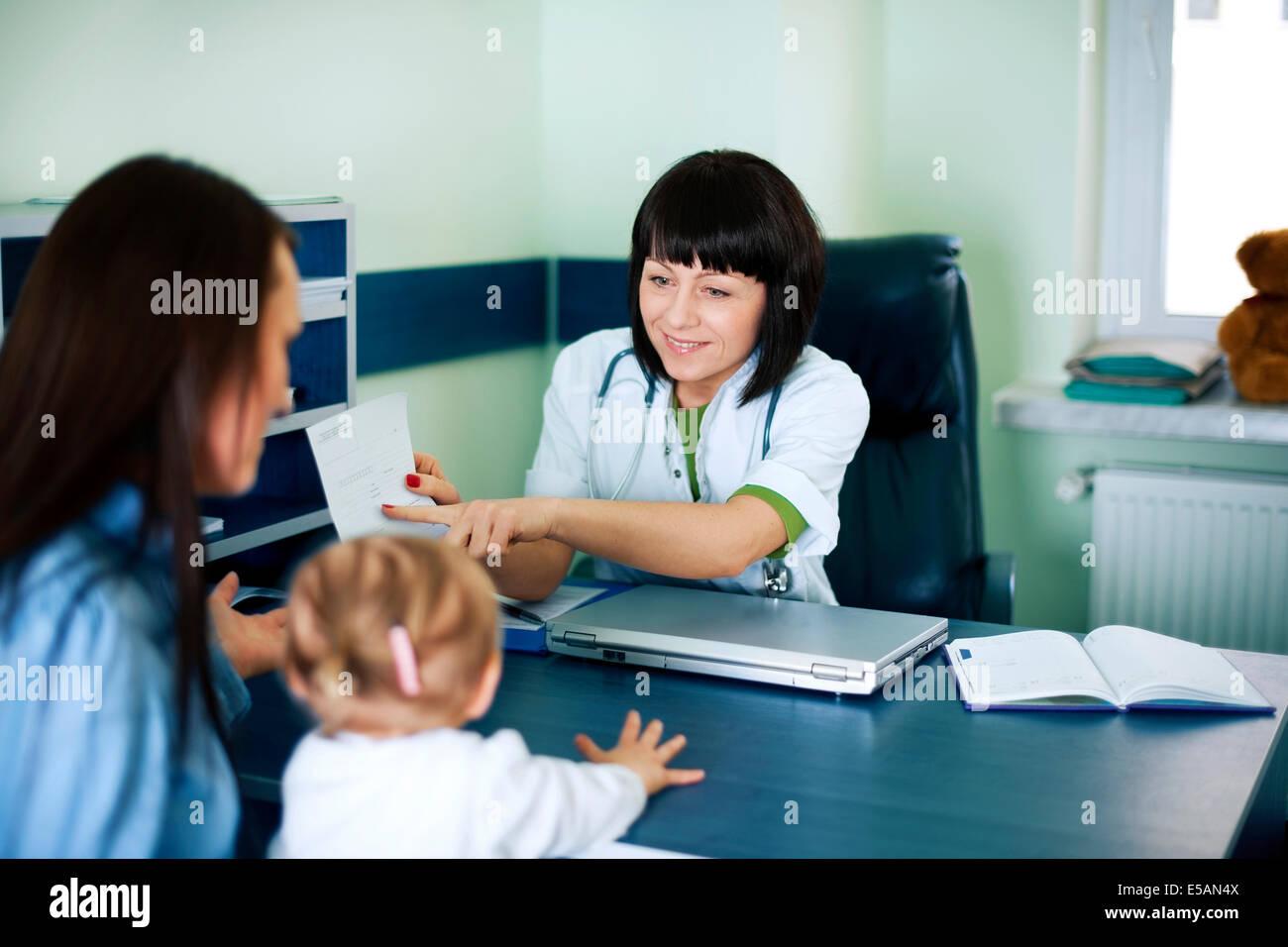 Arzt medizinische Resultate, Debica, Polen Stockbild