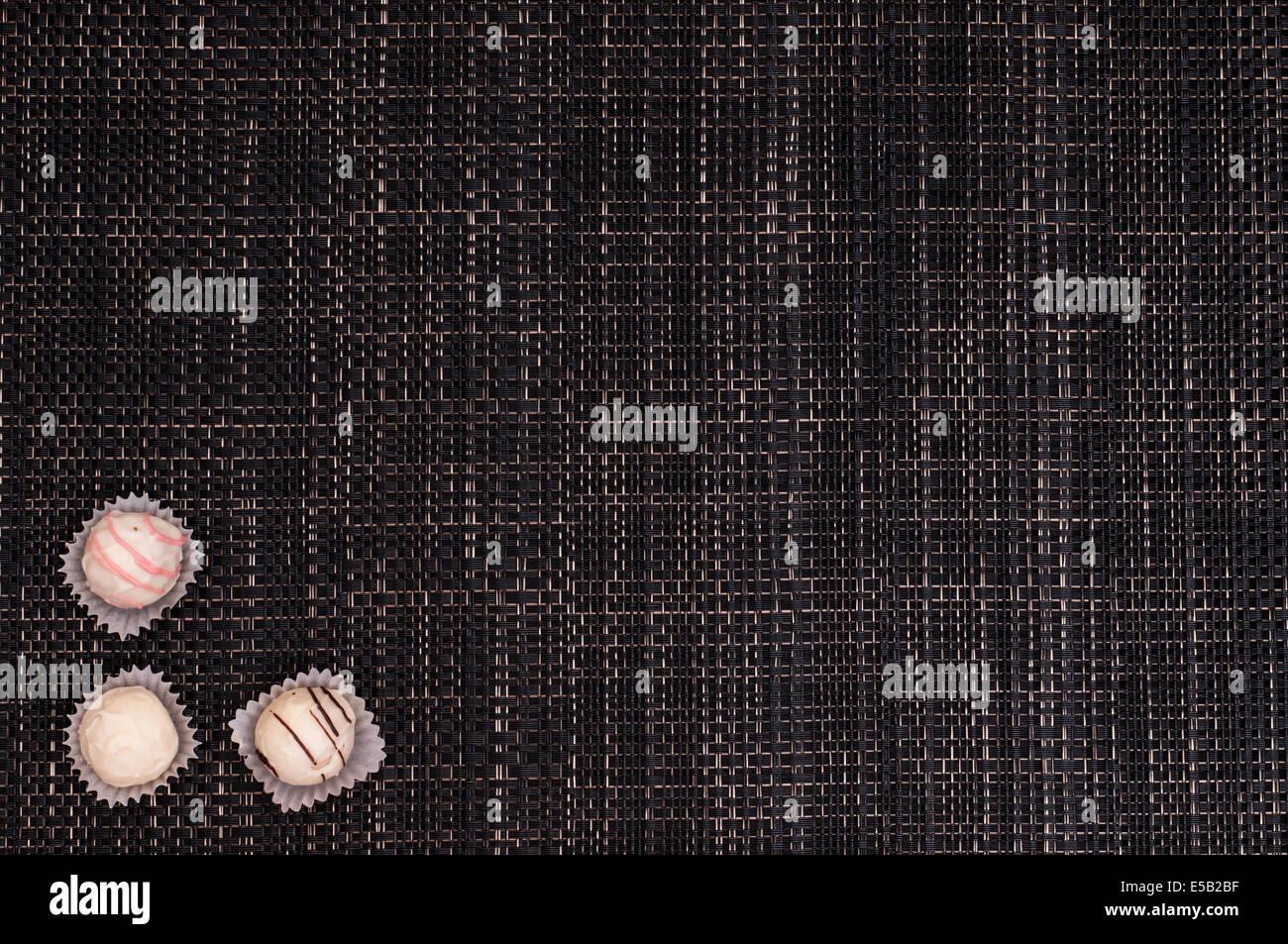 Dunkle Geflochtene Tapete Mit Weißer Schokolade Stockfoto Bild