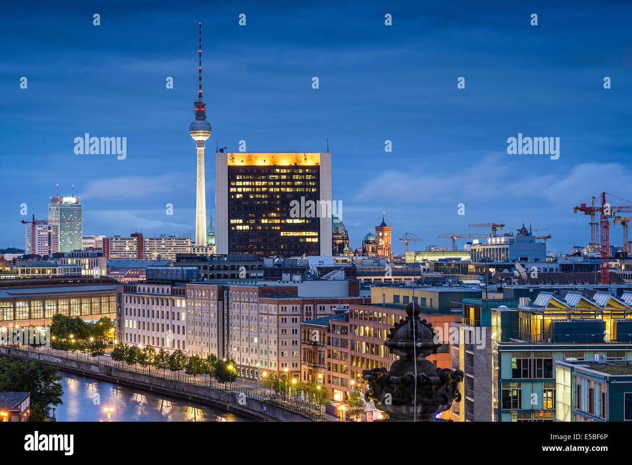 Berlin, Deutschland-City-Skyline bei Nacht. Stockbild