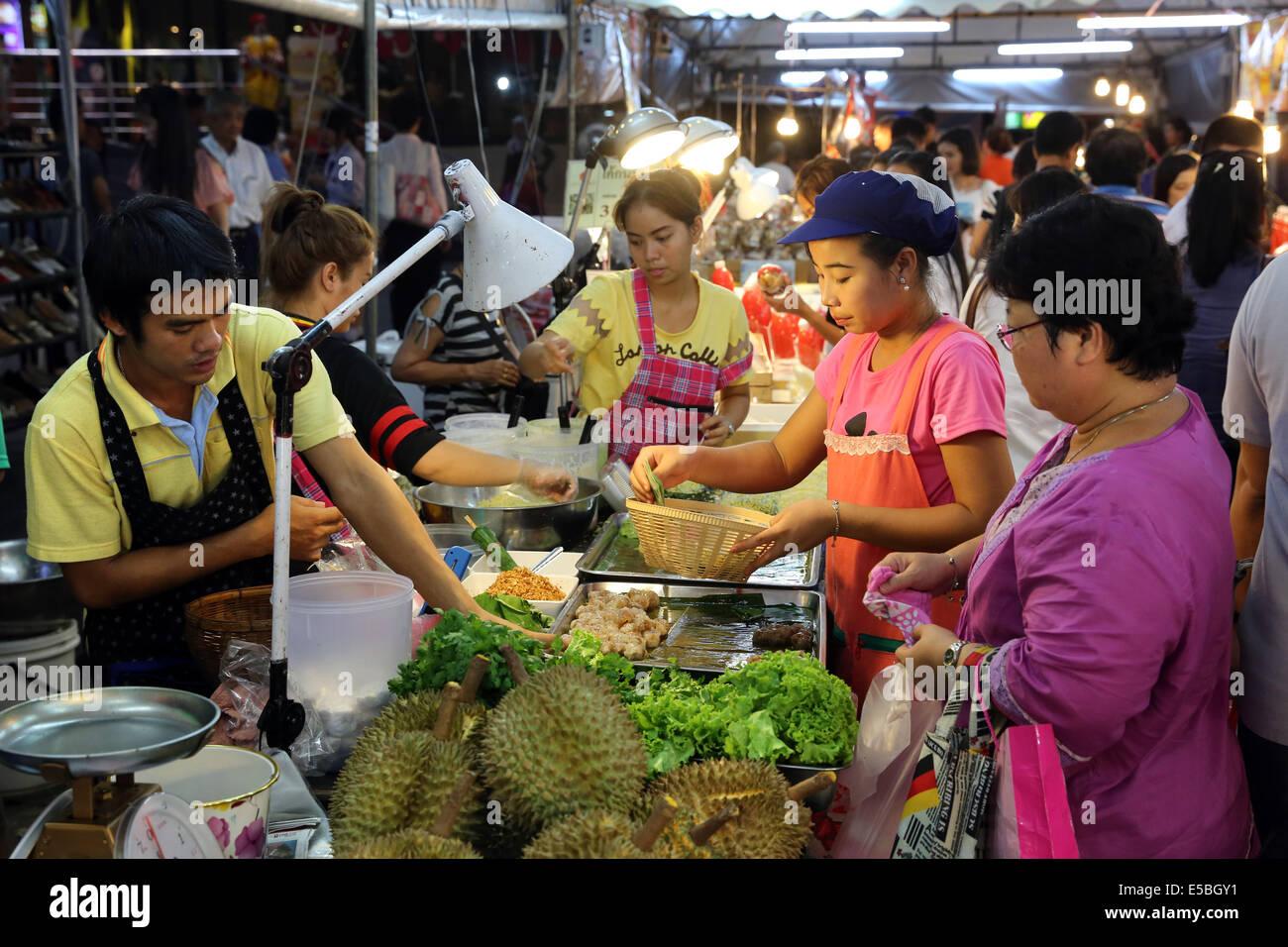 Obst und Gemüse Stand auf einem Nachtmarkt in Bangkok, Thailand Stockbild