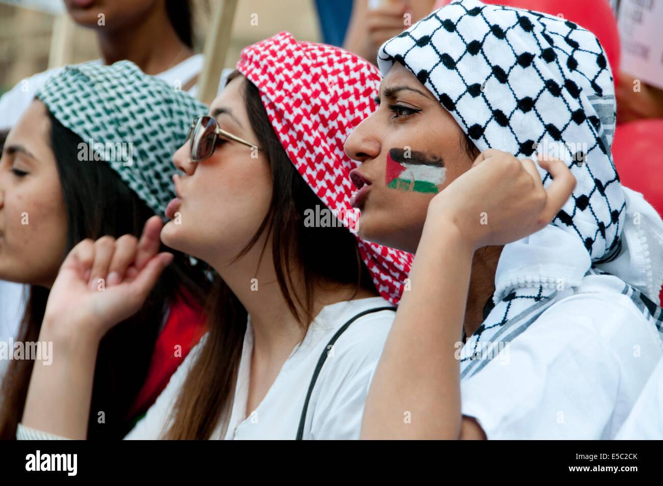 Demonstration gegen die israelische Bombardierung des Gazastreifens, 26.07.2014. Junge Frauen schreien, eine palästinensische Stockbild