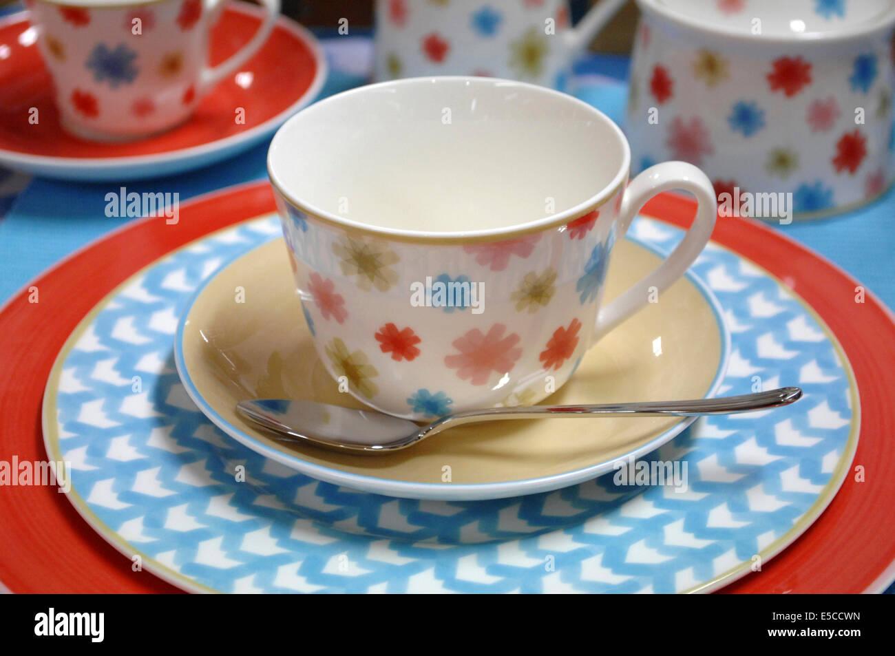 tasse und untertasse mit teelffel aus der villeroyboch lina geschirr muster - Geschirr Muster