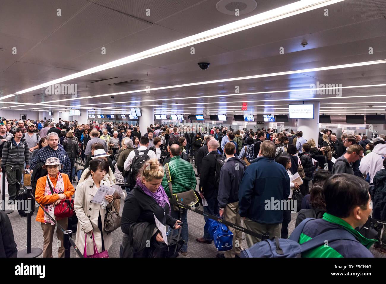 Überfüllt mit Menschen Toronto Pearson internationaler Flughafen Ankünfte, Kanada 2014 Stockbild
