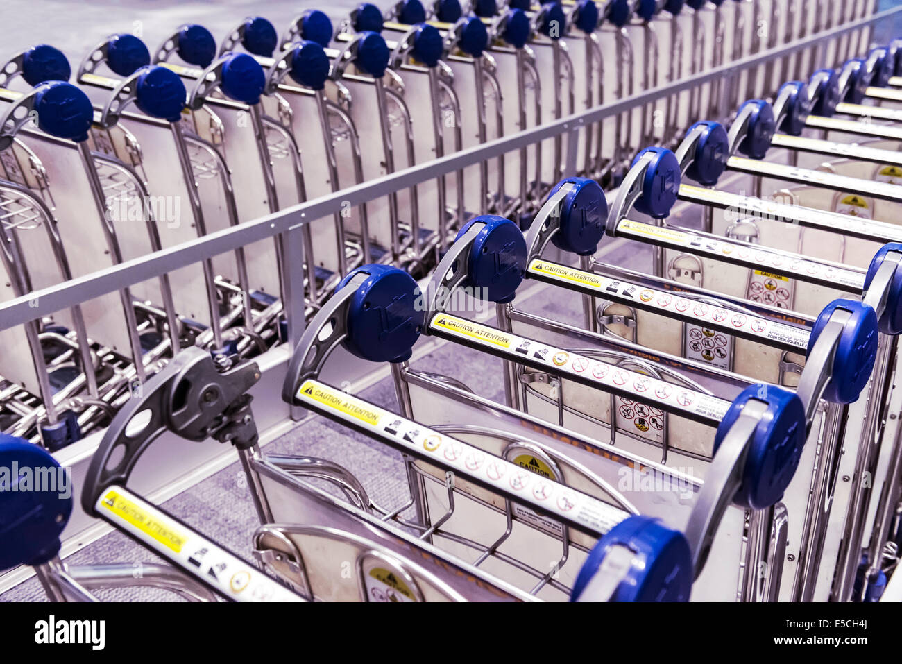 Gepäck-Wagen Vermietung am Toronto Pearson International Airport, Kanada Stockbild
