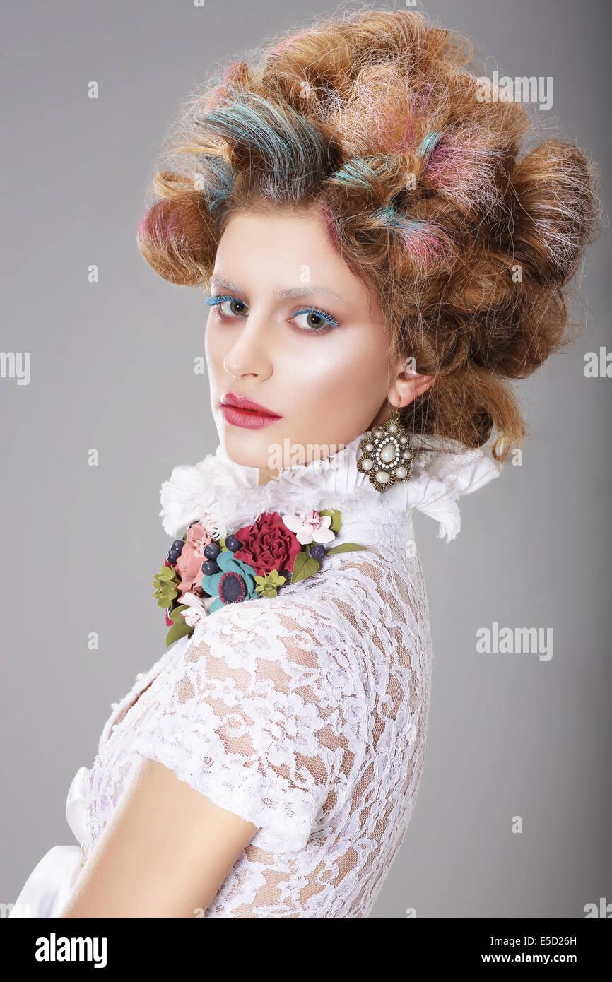 Glamouröse Frau mit stilisierten phantasievolle Coiffure Stockbild