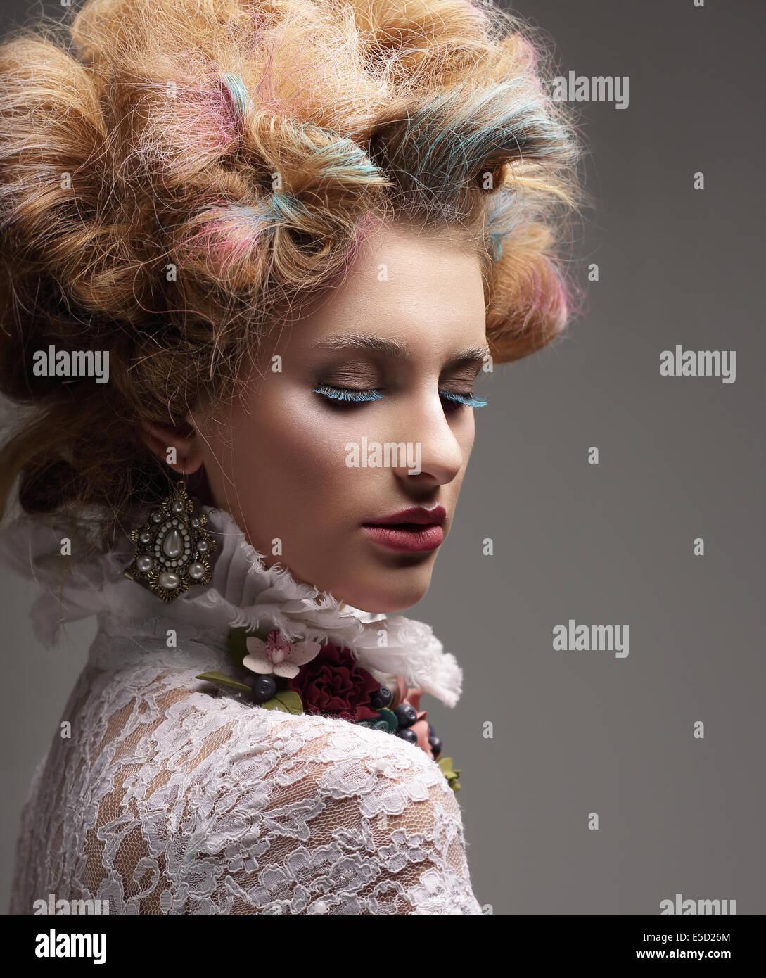 Inspiration. Mode-Modell mit bunt gefärbten Haaren Stockbild