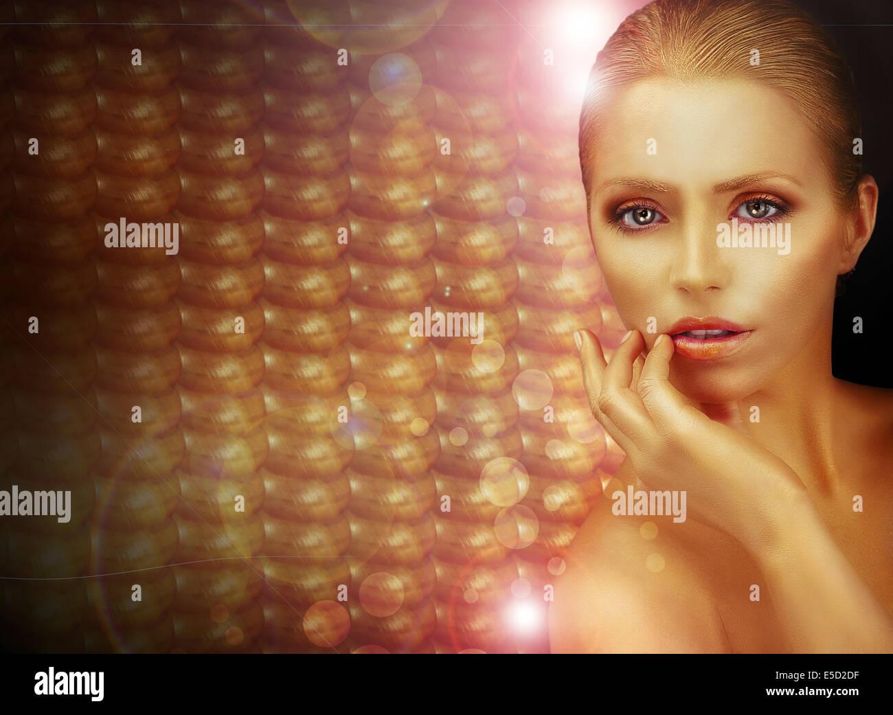 Fantasie. Schöne Frau über funkelnde Goldgrund Stockbild