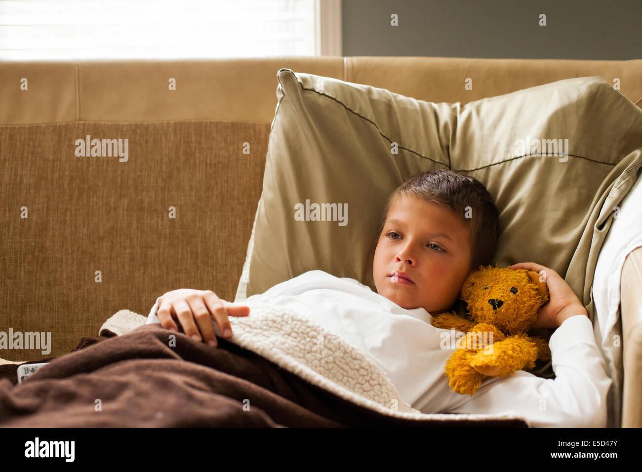 feeling cold blanket stockfotos feeling cold blanket bilder alamy. Black Bedroom Furniture Sets. Home Design Ideas