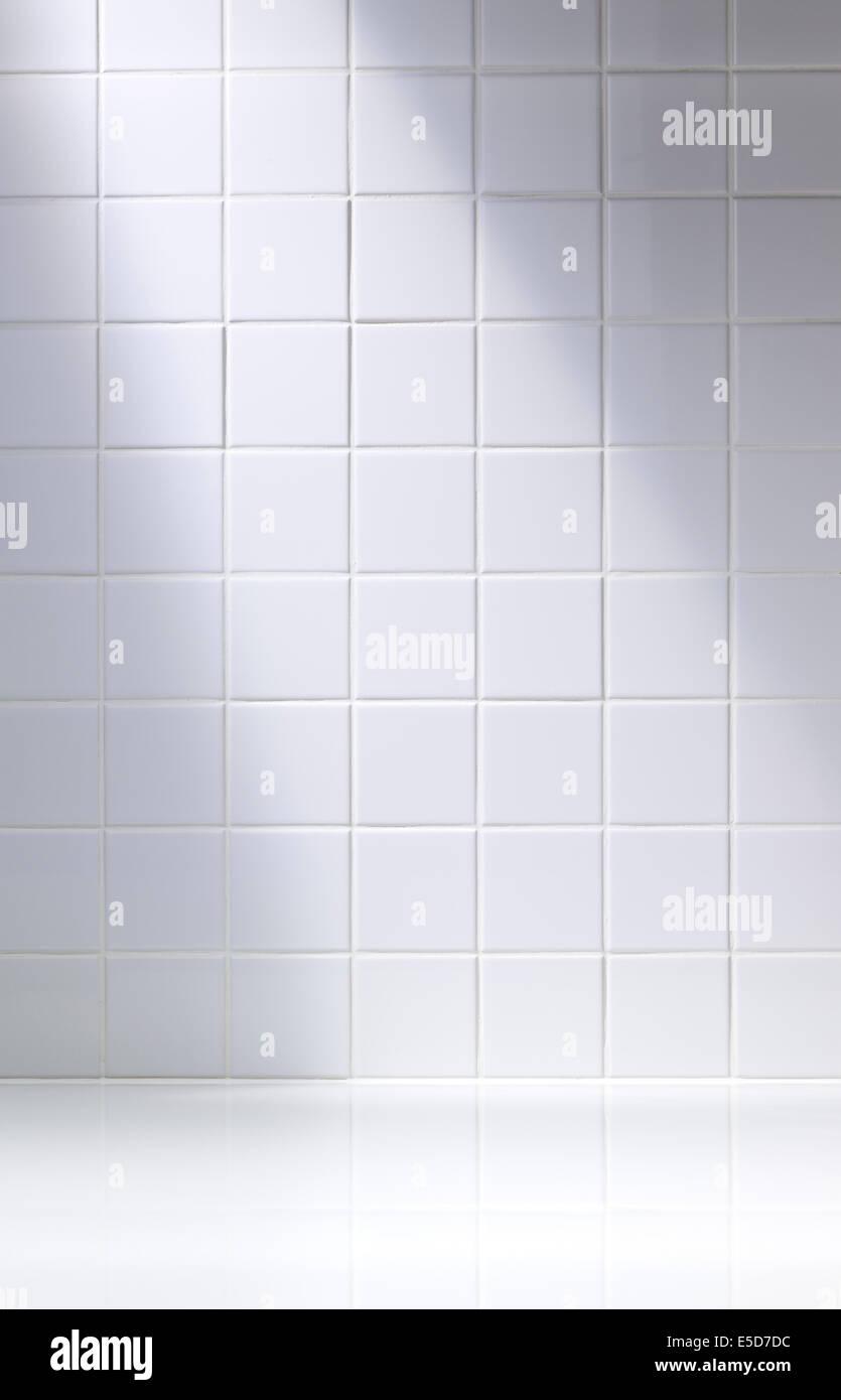 Eine vertikale Schuß eines weißen Fliesen Hintergrund oder Bad Stockbild