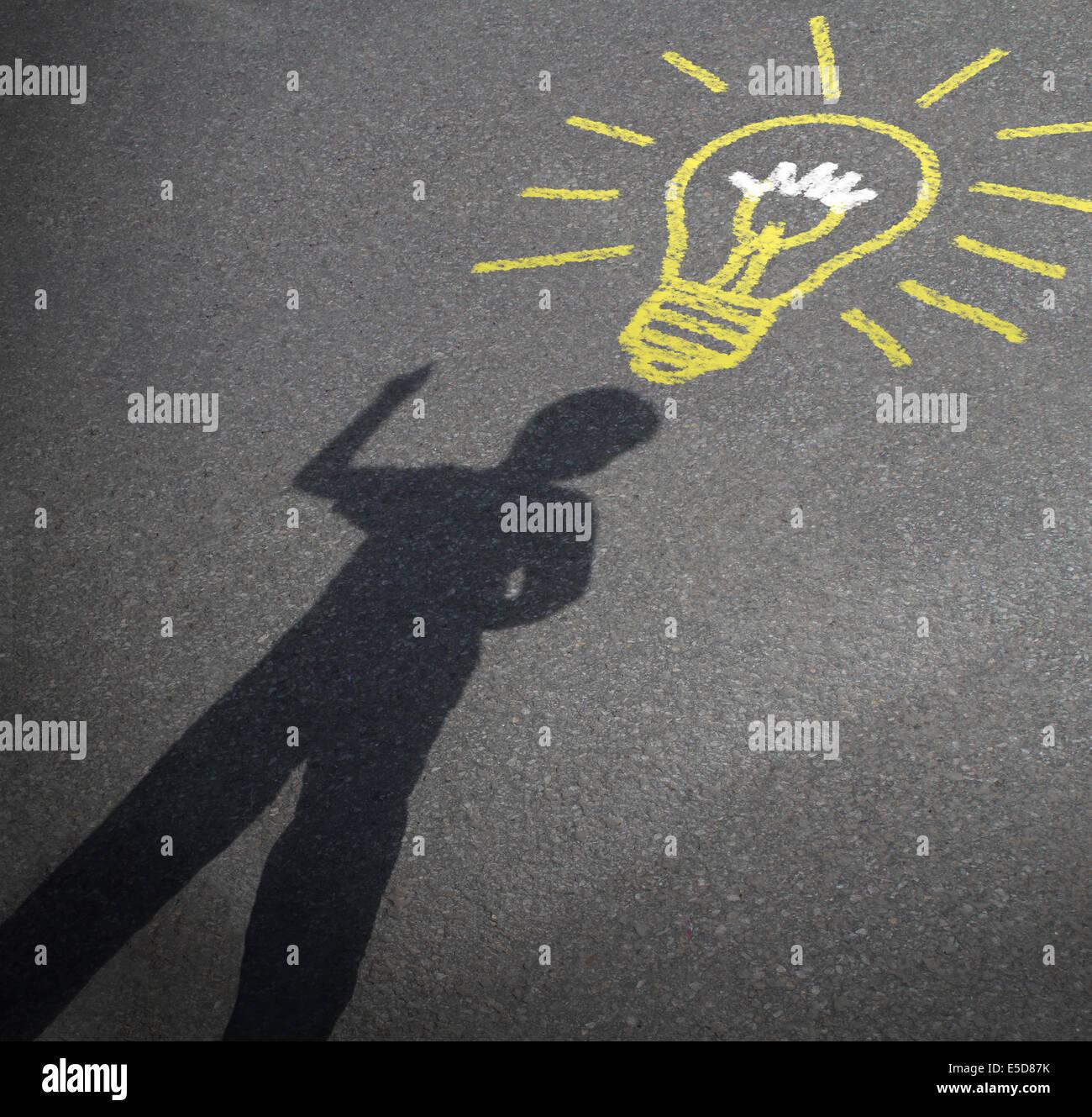 Kindheit Phantasie und Kind Kreativität Konzept wie der Schatten eines inspirierten jungen mit einer Glühbirne Stockbild