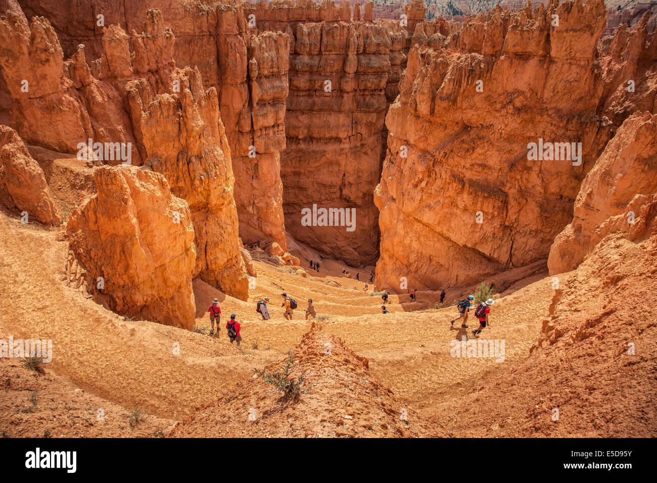 Touristen in die felsige Landschaft, Bryce Canyon, Utah, USA Stockbild