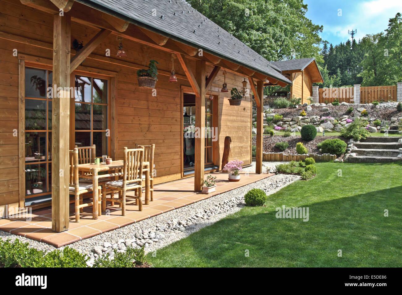 Moderne Holzhaus mit Terrasse und Garten Stockfoto, Bild ...