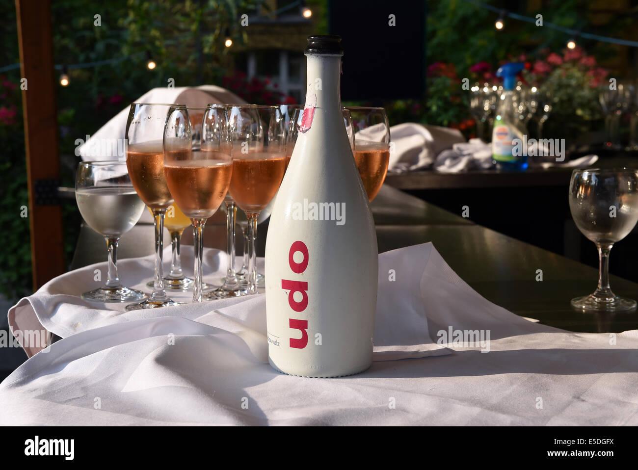 champagner der marke udo von udo walz steht auf einem tisch auf der party f r promi friseur. Black Bedroom Furniture Sets. Home Design Ideas