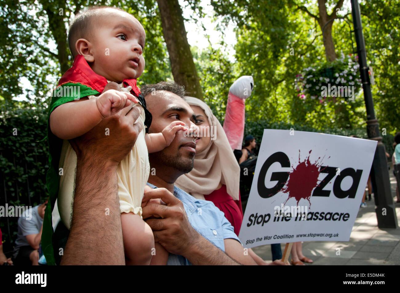 Demonstration gegen die israelische Bombardierung des Gazastreifens, 26.07.2014. Baby in palästinensische Flagge Stockbild