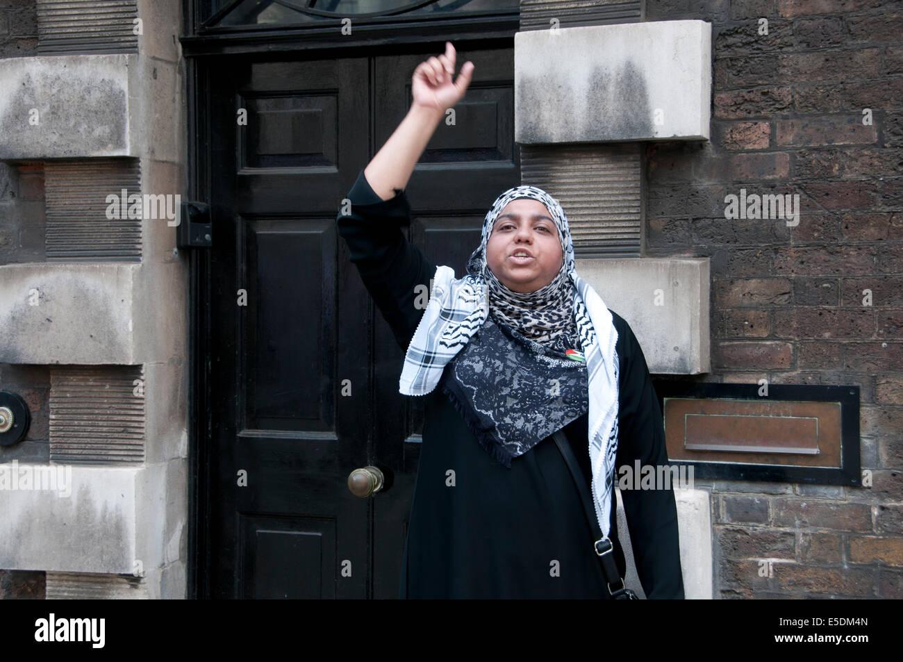 Demonstration gegen die israelische Bombardierung des Gazastreifens, einen weiblichen muslimischen Demonstranten Stockbild