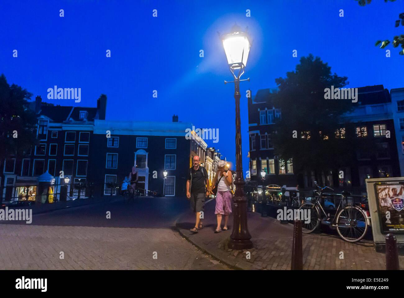Amsterdam, Holland, Niederlande, Street Scene, Geringer Stromverbrauch LED Beleuchtung,  Lampe In Der Nacht, Ein Paar Touristen,