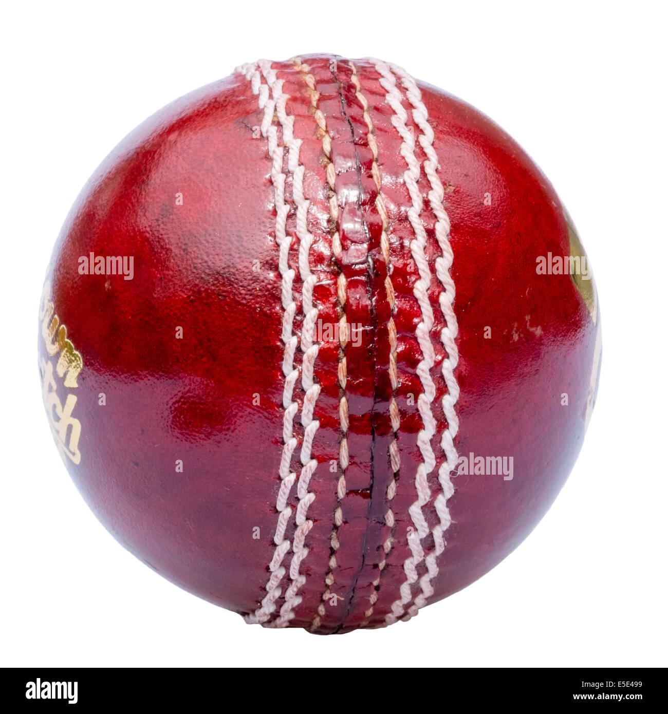 Cricketball ausgeschnitten oder isoliert auf einem weißen Hintergrund. Stockbild