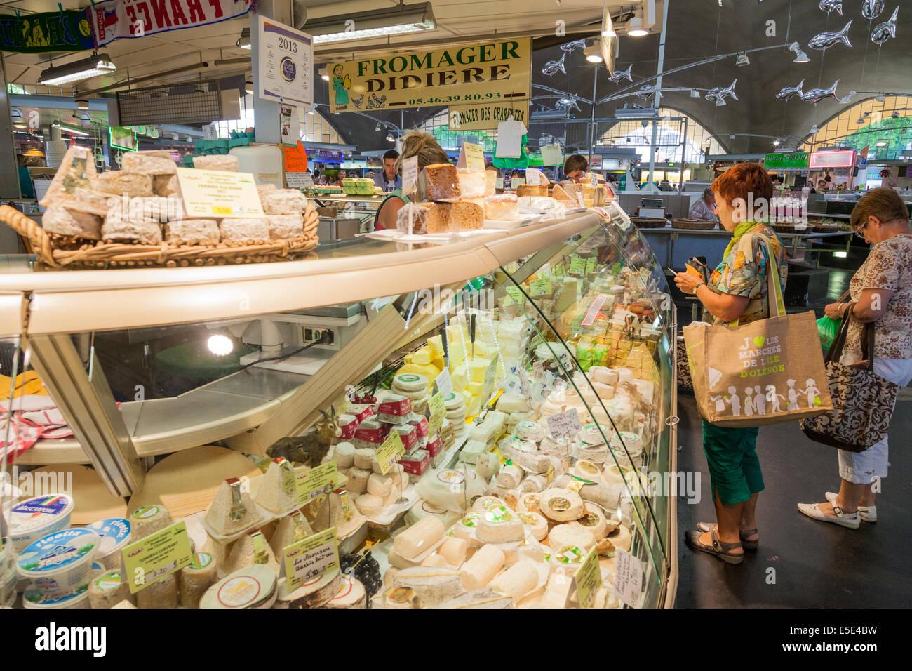Kunden bei Cheese stall im französischen Markthalle. Stockbild