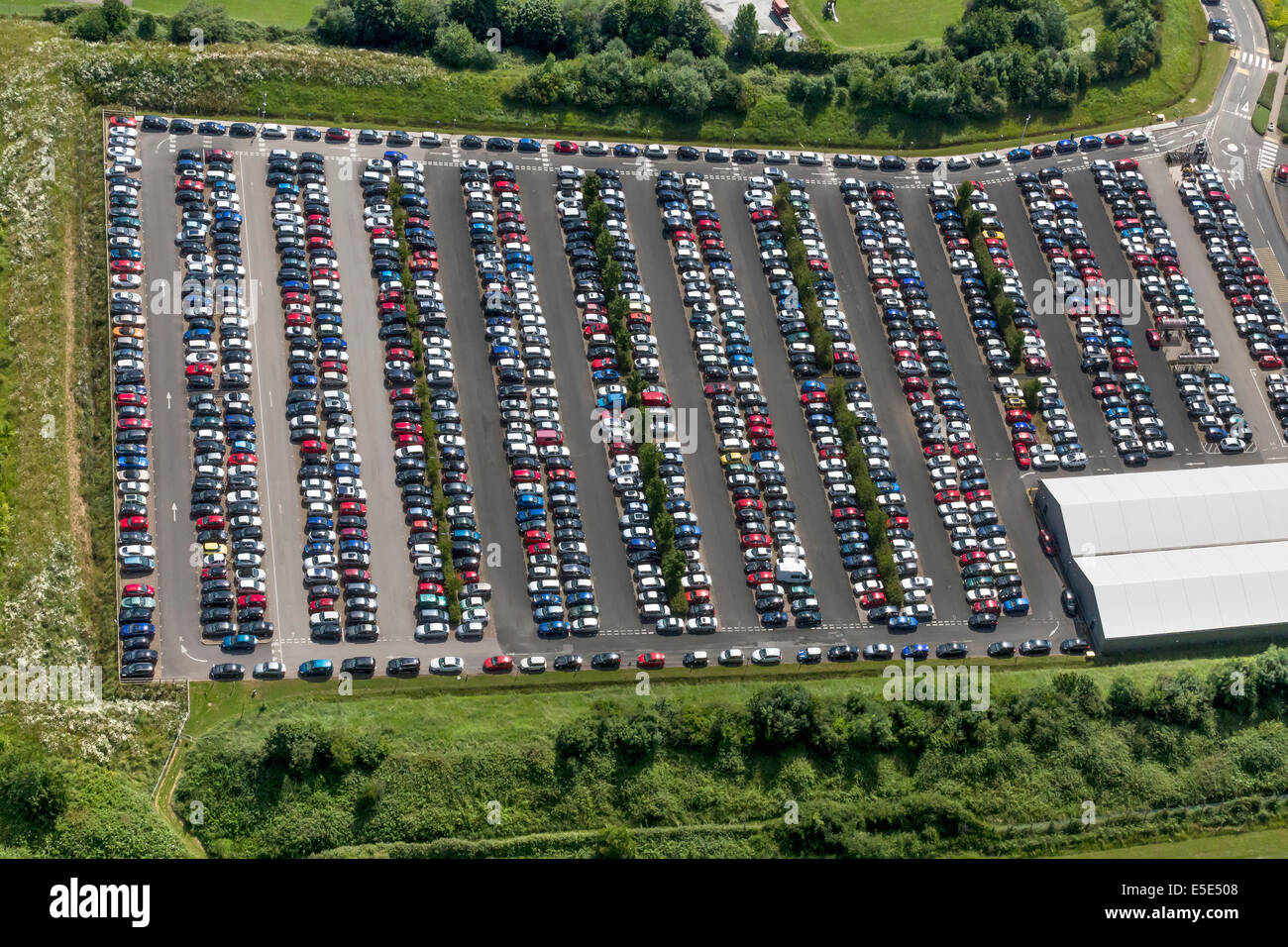 Aston Martin Lagonda Fabrik Parkplatz Am Flugplatz Warwickshire Gaydon Centre In Gaydon Stockfotografie Alamy