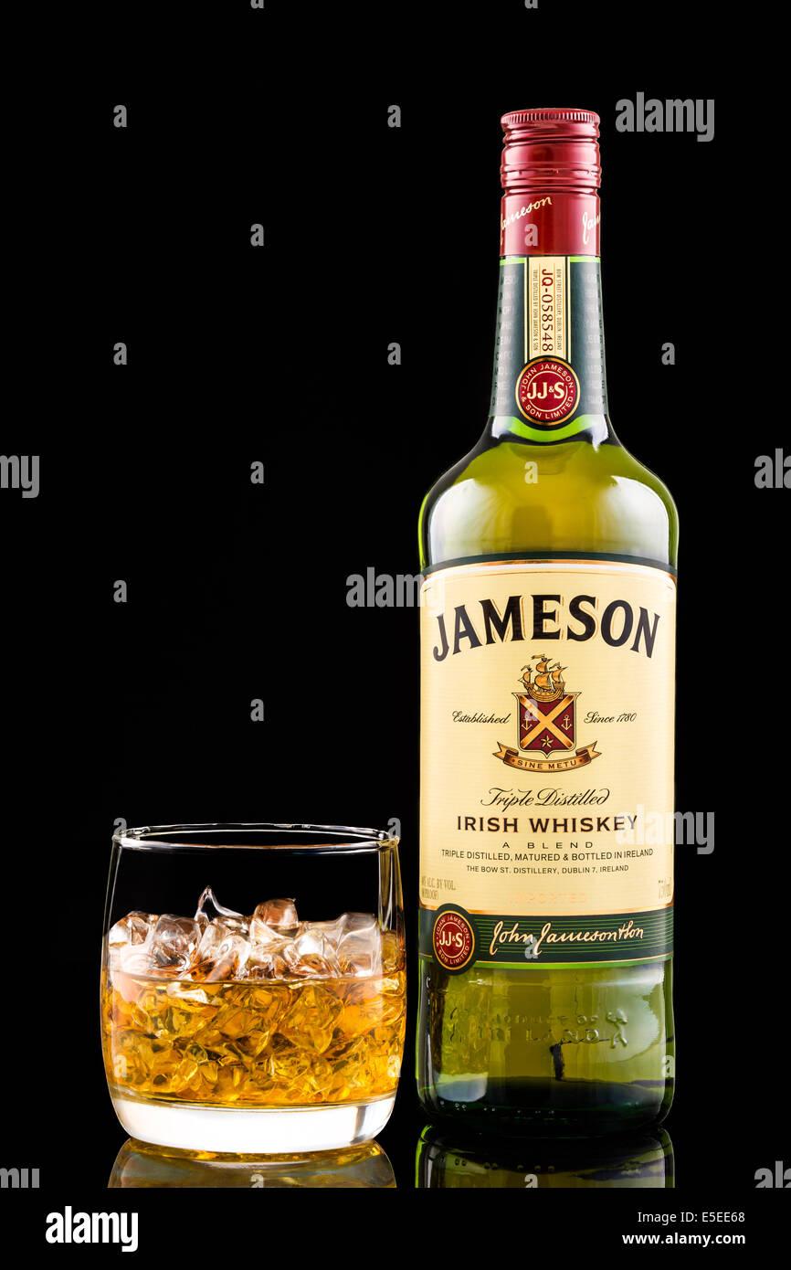Glas und Flasche von Jameson Irish Whiskey Stockbild