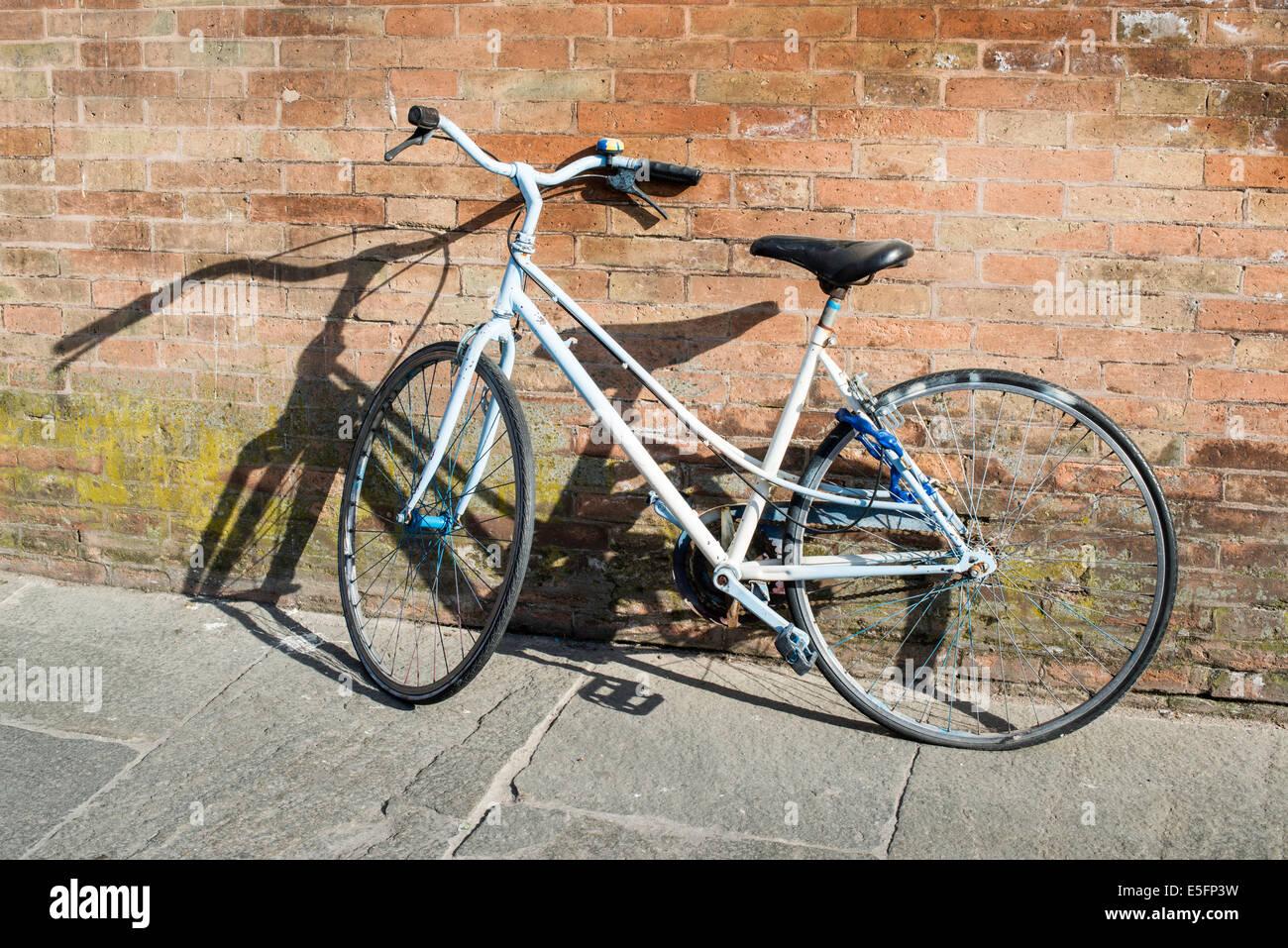 Alte italienische Fahrrad auf Sonnenlicht. Alte Gebäude Stockfoto