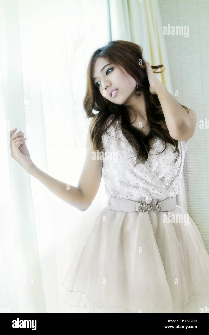 Eine schöne junge asiatische Frau in weiß gekleidet Stockbild
