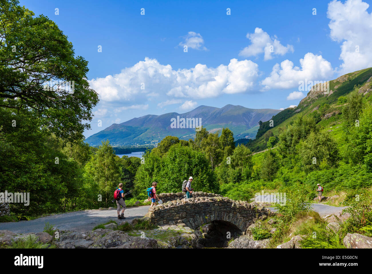 Lake District. Walker bei Ashness Brücke mit Skiddaw massiv im Abstand, Borrowdale, Nationalpark Lake District, Stockbild