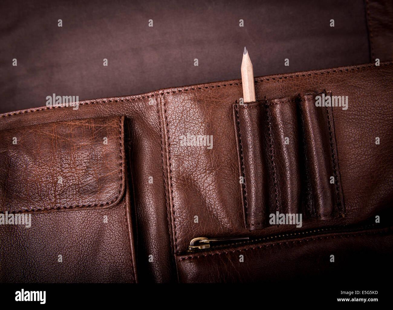 Ein Mann Businesstasche Aktentasche, Ledertasche mit einem Bleistift Stockbild