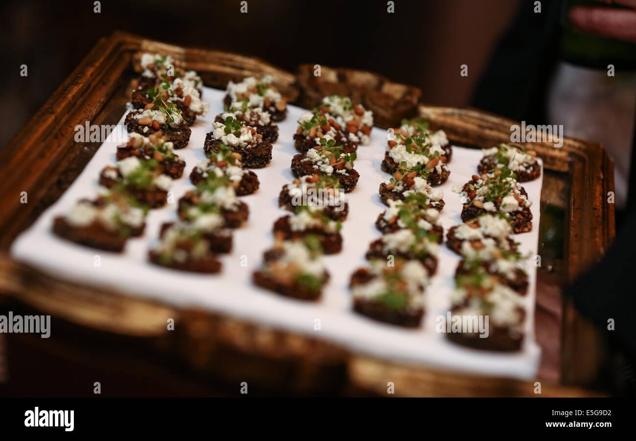 Kanapees auf Tablett bei corporate funtion Stockbild