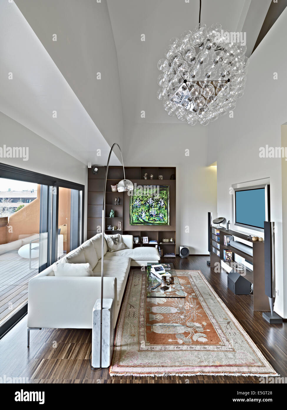 Innenansicht des modernen Wohnzimmer im Dachgeschoss mit ...
