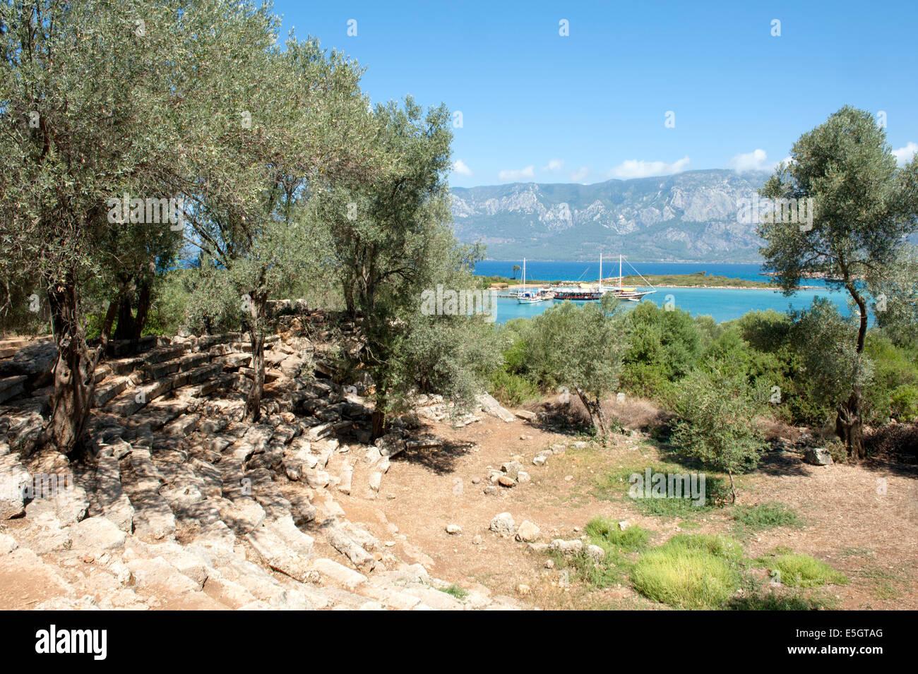 Blick auf den Hafen von Sedir Adasi Insel aus den Ruinen des antiken griechischen Theaters, Golf von Gökova, Stockbild