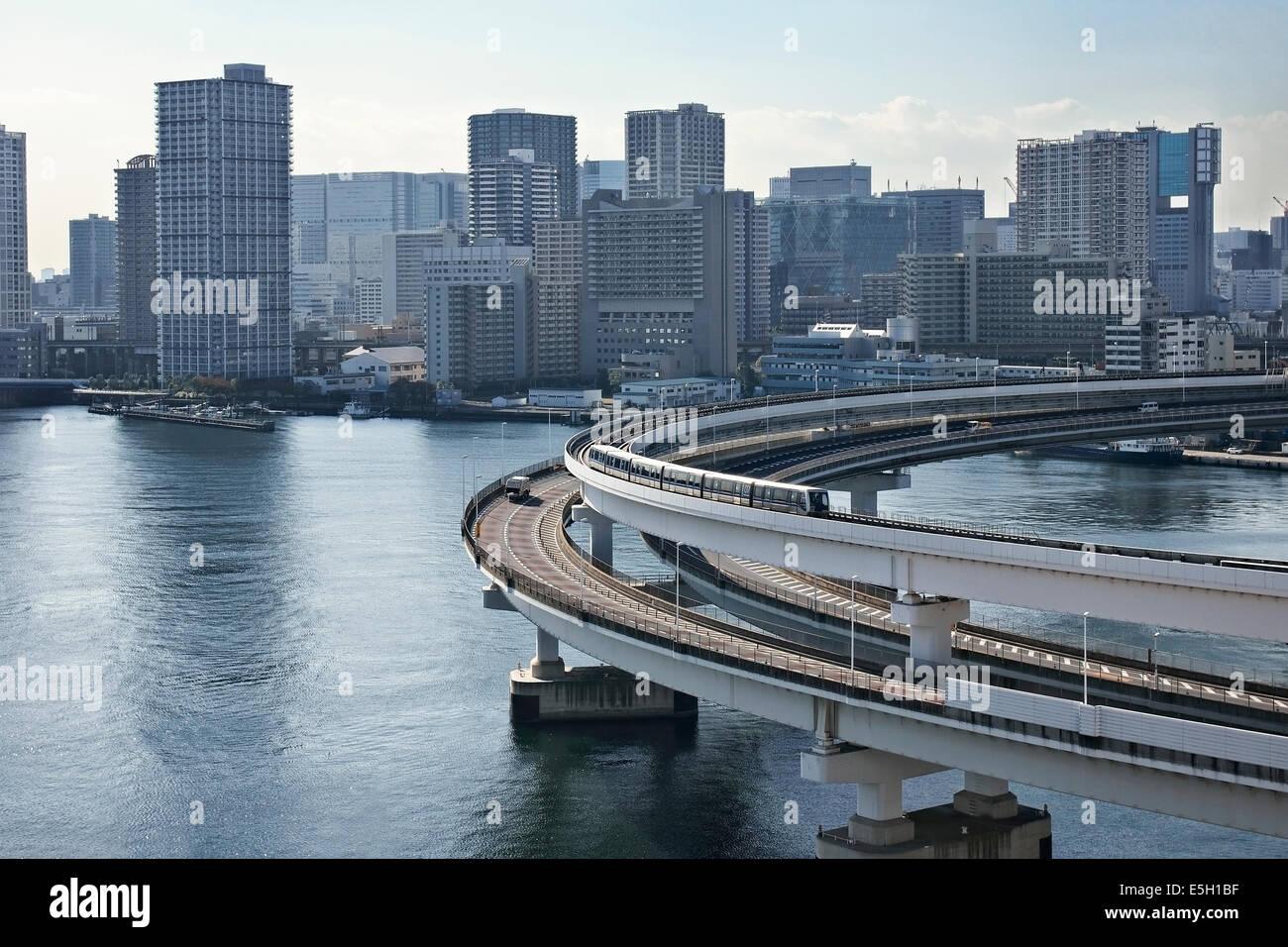 Die Ringlinie der Rainbow Bridge, Tokio, Japan. Stockbild