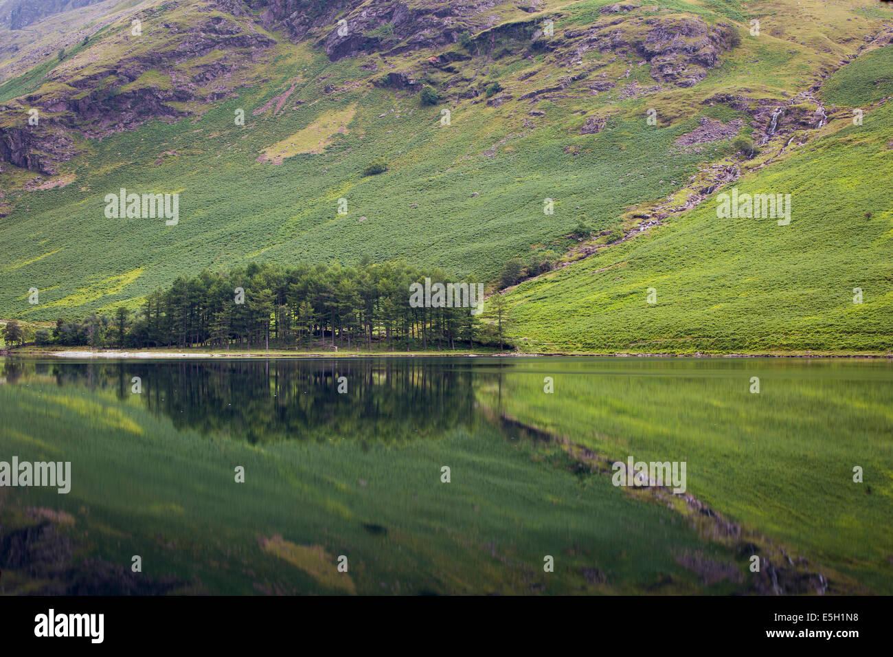Vor der Morgendämmerung Reflexionen über Buttermere-See, Cumbria, Lake District, England Stockfoto