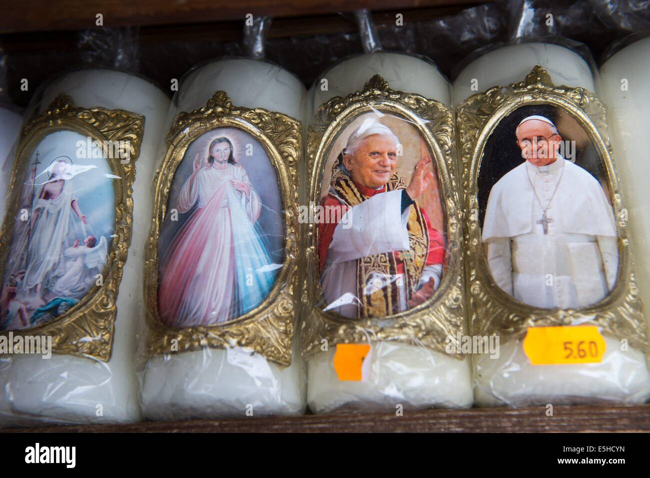 Wachskerzen Mit Motiven der Madonna, des Papst Benedikt XVI (2.v.r.) Und von Papst Franziskus (r) Stück am Stockbild